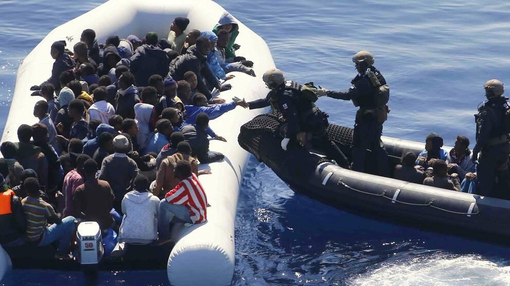 Tyska marinsoldater i EU-insatsen operation Sophia närmar sig en båt med migranter utanför Libyens kust.