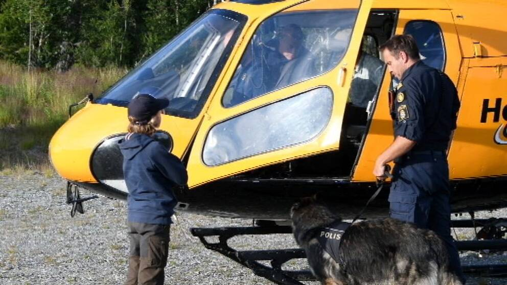 pojke och polisman vid helikopter