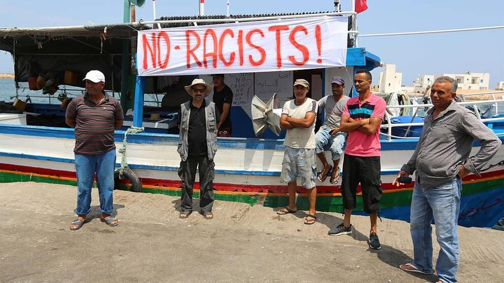 Fiskare i Tunisien hindrar invandringsfientlig grupp från att gå i land.
