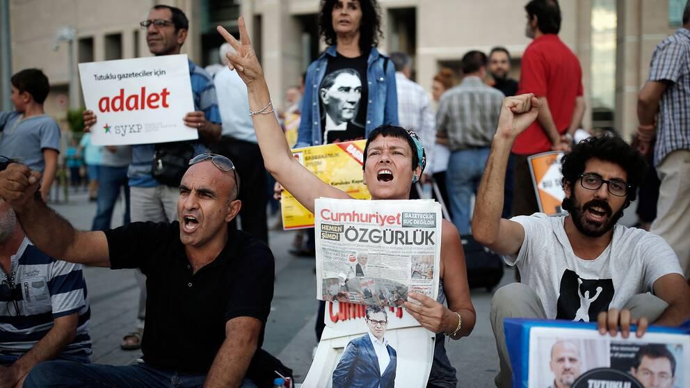 Demonstranter utanför domstolen i Istanbul den 28 juli, där rättegångarna mot journalister från tidningen Cumhuriyet pågår.