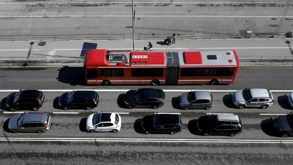 Buss passerar bilkö vid Stadsgården.