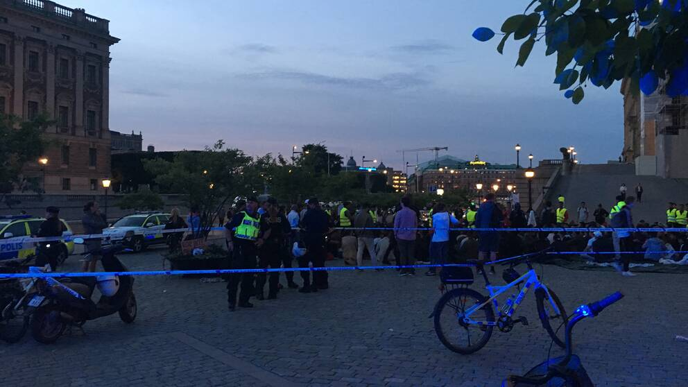 Demonstranter på mynttorget attackerades under tisdagskvällen.