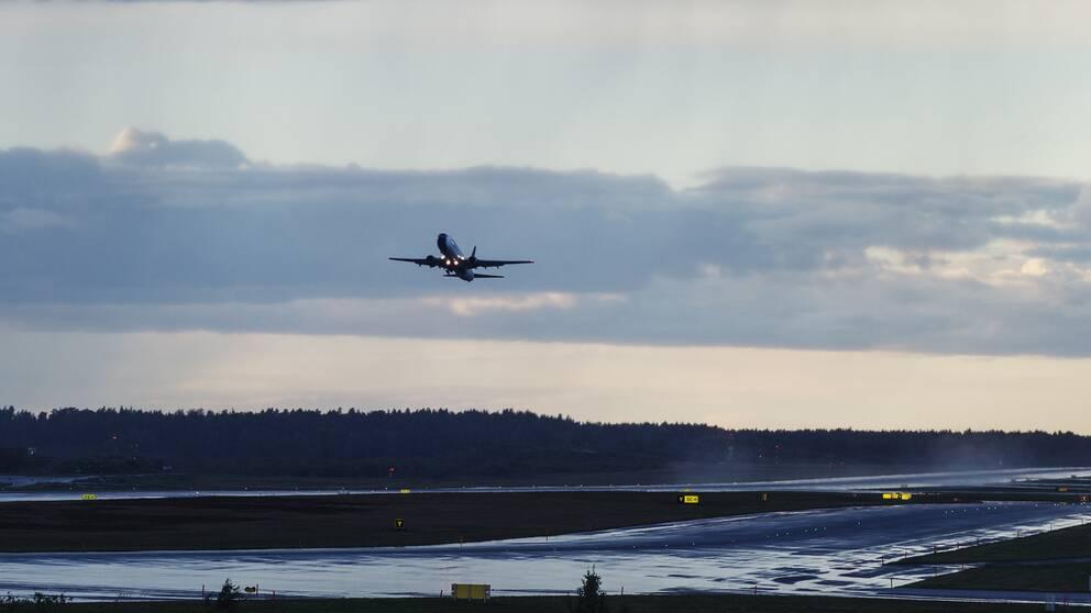 Arkivbild. Planet flög från en flygplats i Stockholm, landade i Jordanien och fick sedan återvända till Sverige med mannen som skulle tvångsutvisas.