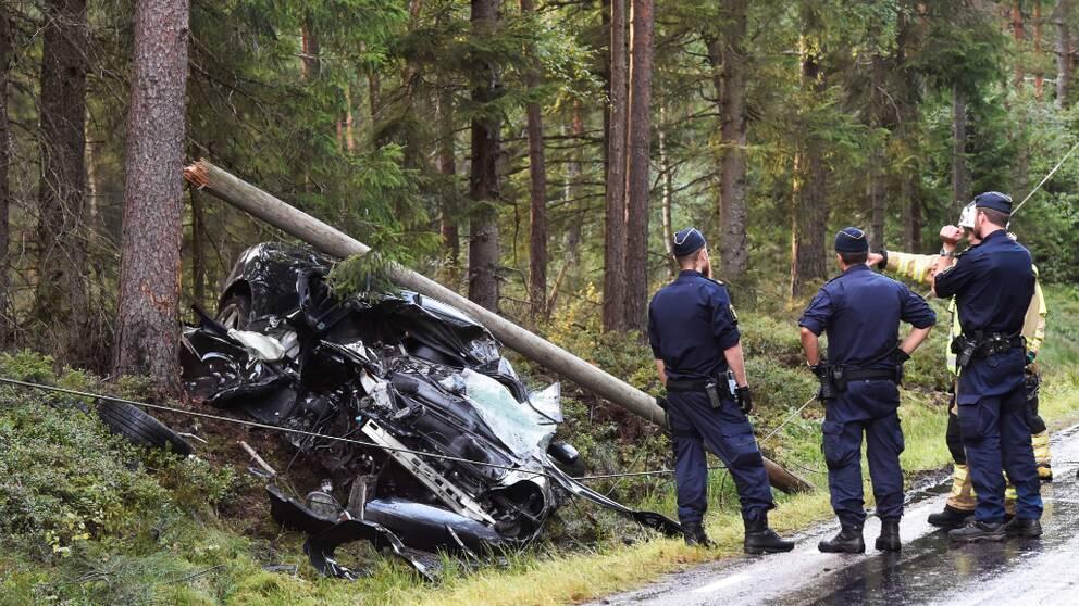 Av okänd anledning ska bilen ha kört av vägen och in i en telefonstolpe och därefter hamnat i diket.
