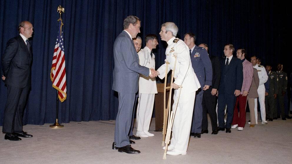 John McCain och Richard Nixon skakar hand