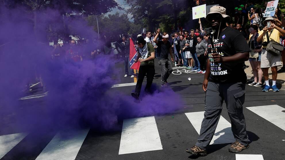 En rökbomb slängdes mot motdemonstranterna i Charlottesville.