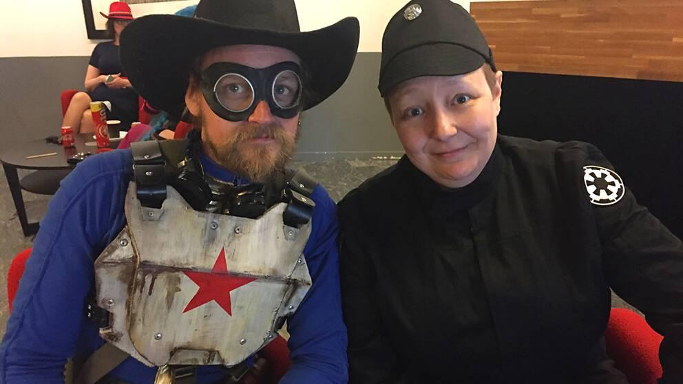 man och kvinna i cosplaydräkter