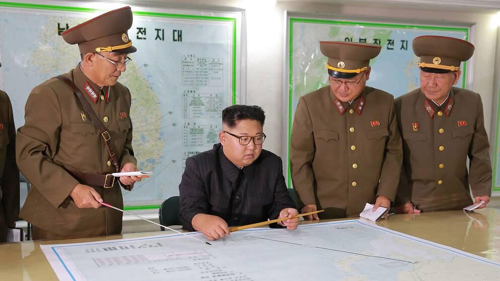 Nordkoreas ledare Kim Jong-un uppges inspektera landets militära ledning, måndagen den 14 augusti.