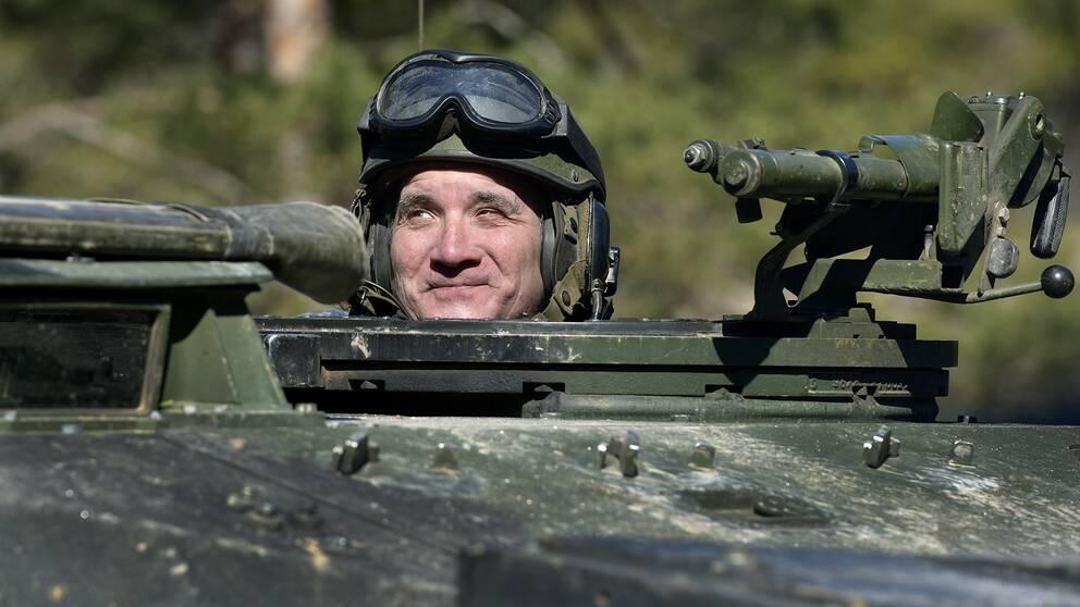 Statsminister Stefan Löfven åker stridsvagn på Gotland i april i år.