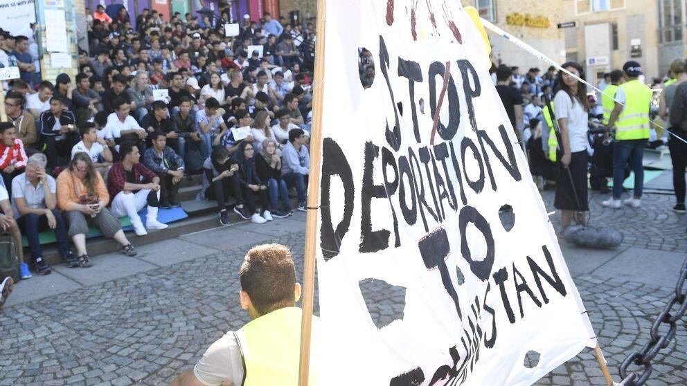 STOCKHOLM 170811 Afghanska ungdomar demonsterar på Medborgarplatsen i Stockholm mot utvisningarna till Afghanistan. Foto: Maja Suslin / TT / Kod 10300