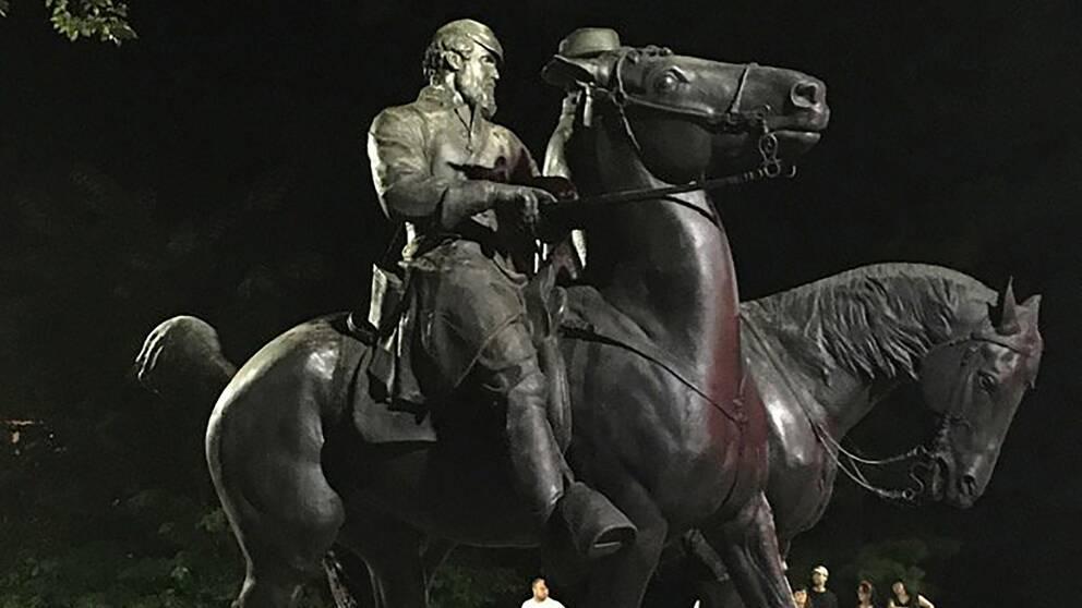 """I onsdags plockades fyra monument ned i Baltimore, bland annat en staty av sydstatsgeneralerna Robert E. Lee och Thomas """"Stonewall"""" Jackson."""