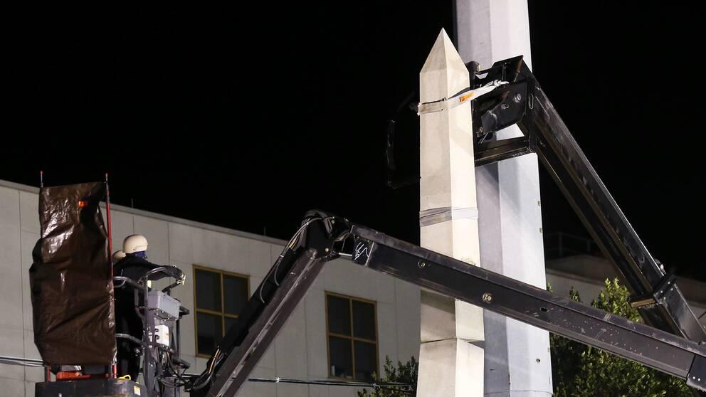 I måndags började staden plocka ned fyra monument till minne av Konfederationen, bland annat en obelisk.
