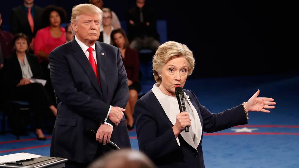 Trump lyssnar medan Hilary Clinton talar i en debatt i samband med presidentvalet 2016.