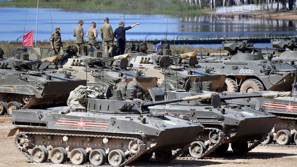 Rysk militärpersonal utanför Moskva förbereder pansarfordon inför militärutställningen ARMY-2017, som äger rum den 22-27 augusti.
