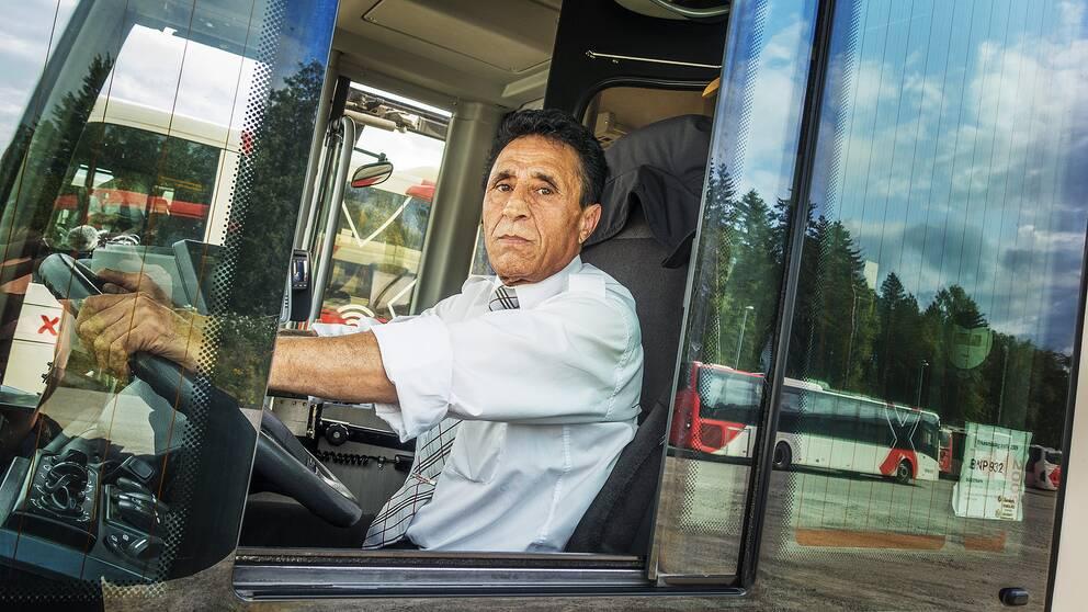 Busschauffören Fawzi Yanni sitter i sin buss.