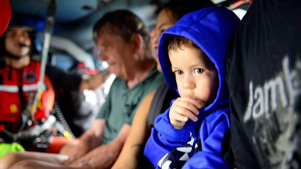En liten pojke som precis blivit evakuerad med helikopter från sitt hem i Houston.