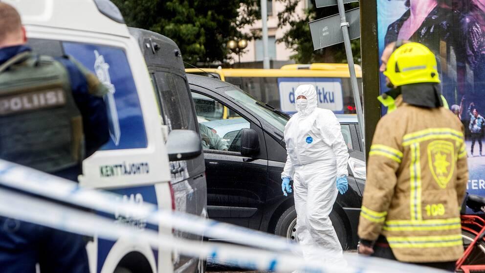 Polis och tekniker vid Åbo torg efter knivattacken i Åbo.