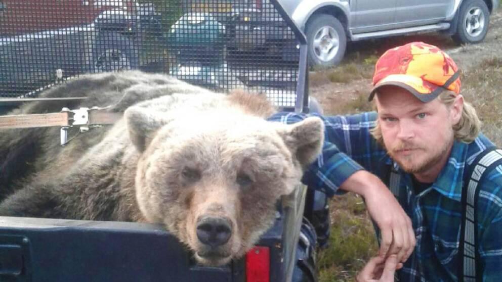 Det låter som en jaktskröna. Men Kent R. Olsen försäkrar att det är sant. I söndags lurade han en björn – som dog.
