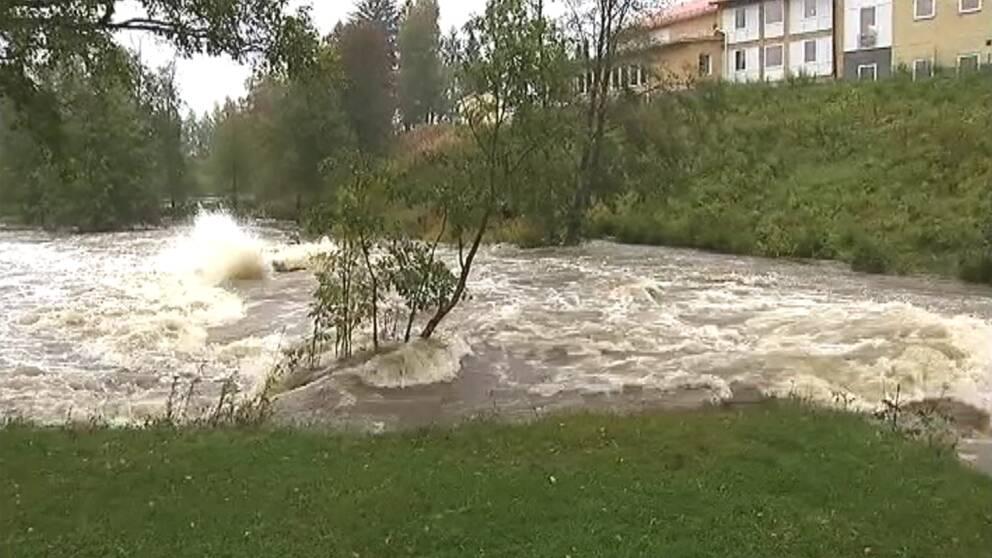 Vattenmassorna forsade med full kraft förbi Kramfors den 19 september.