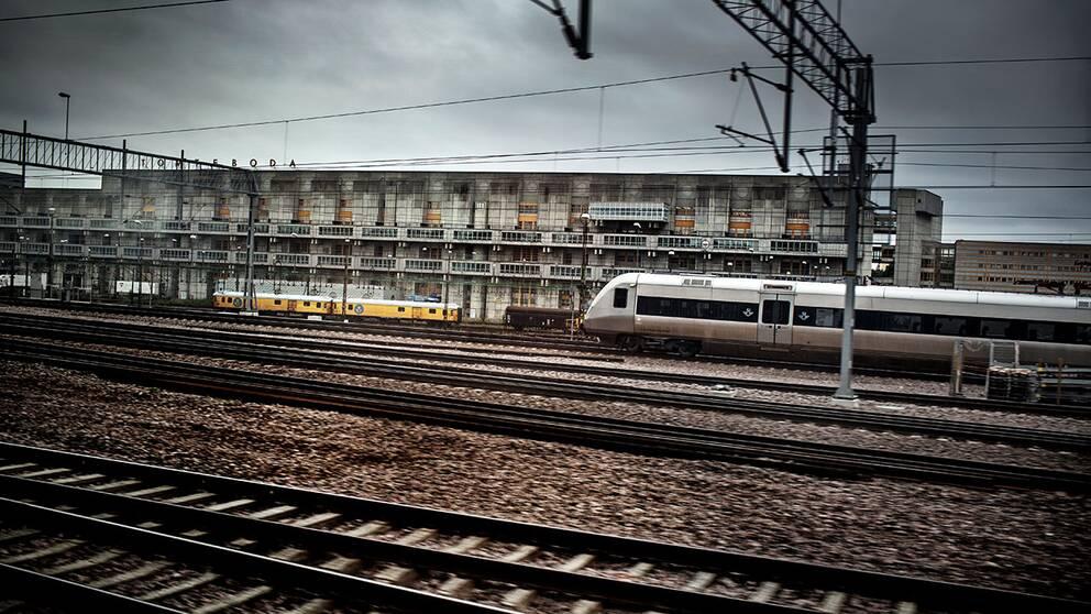 Tåg av modell SJ 3000 passerar Tomteboda på väg mot Stockholms central