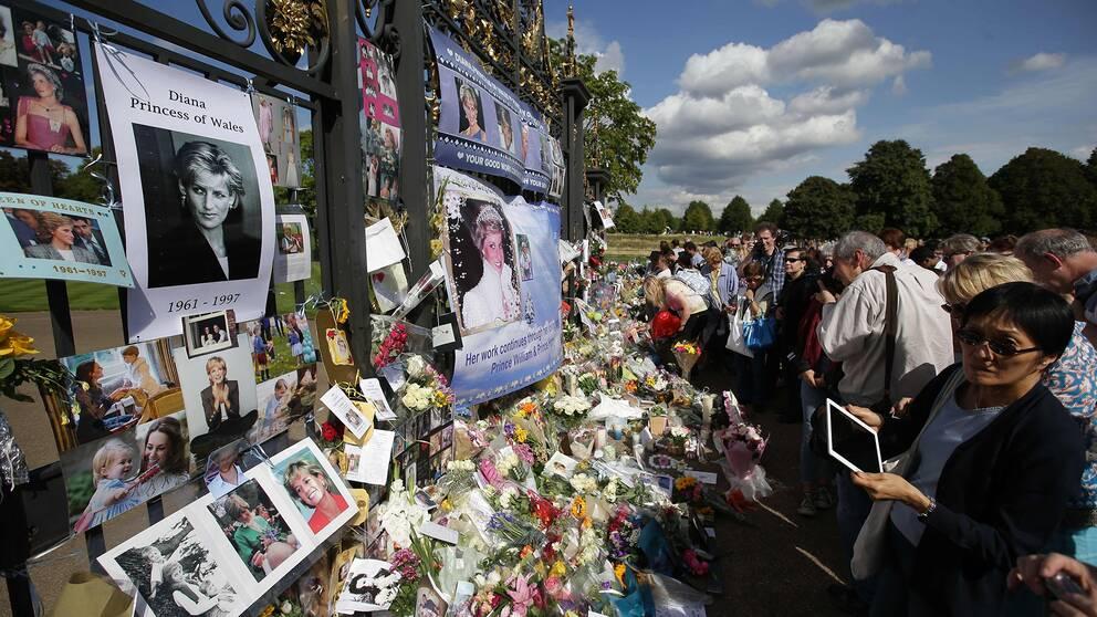 Människor lämnar blommot utanför Kensington Palace för att hedra minnet av prinsessan Diana