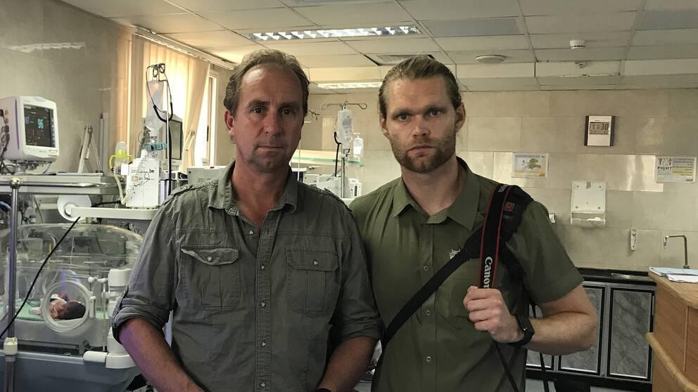 SVT:s Mellanösternteam Stefan Åsberg och Niclas Berglund på Neonatalkliniken i Gaza.