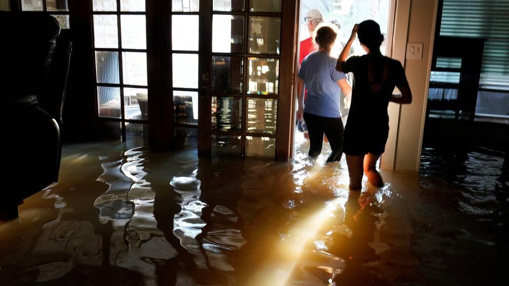 En familj i Houston undersöker sitt översvämmade hem, sedan ovädret rört sig vidare.