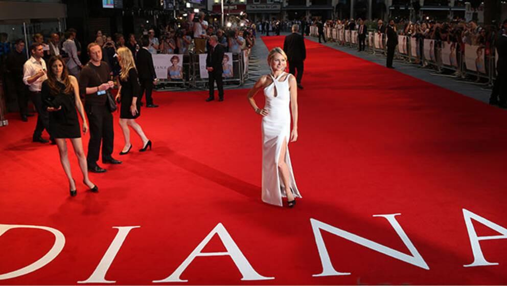 """Naomi Watts anländer till premiären av """"Diana"""" på en biograf i centrala London."""
