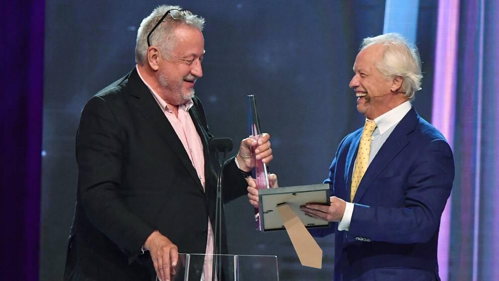 Lefi GW Persson får kristallens hederspris av Loa Falkman.