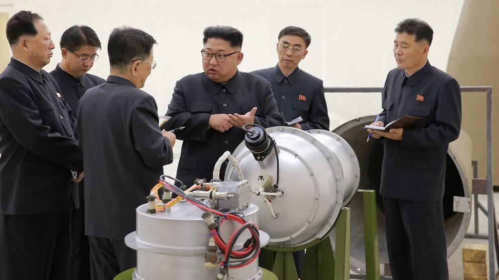 Nordkoreas ledare Kim Jong-un uppges ge riktlinjer för landets kärnvapenprogram på en bild som släpptes av den statliga nordkoreanska nyhetsbyrån KCNA den 3 september.