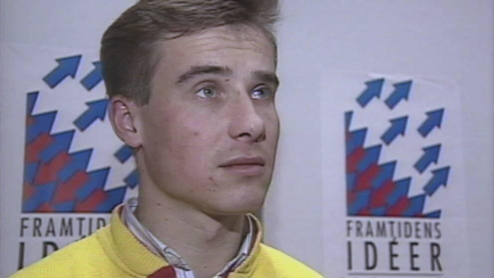 """Ung Ulf Kristersson i gul tröja. Intervjuas framför en affisch med texten """"Framtidens idéer""""."""