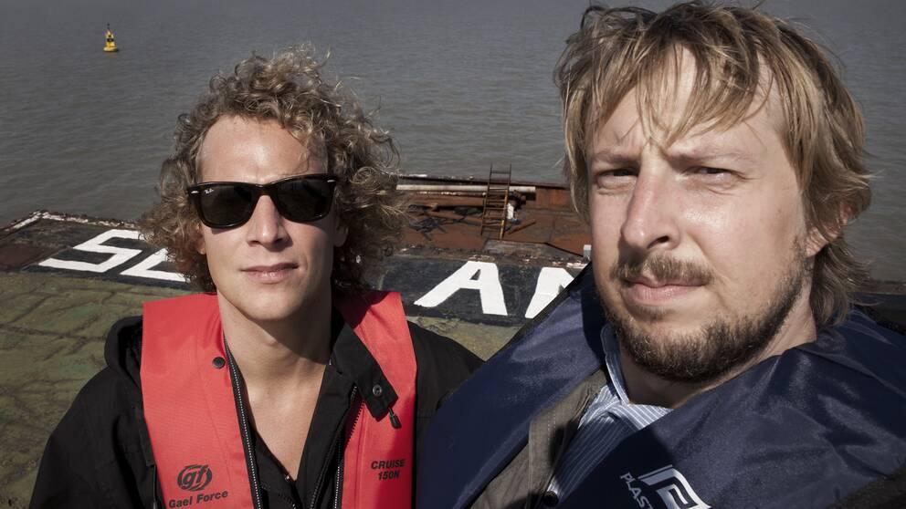 Författaren Johan Joelsson och fotografen Jonatan Jacobson i furstendömet Sealand.