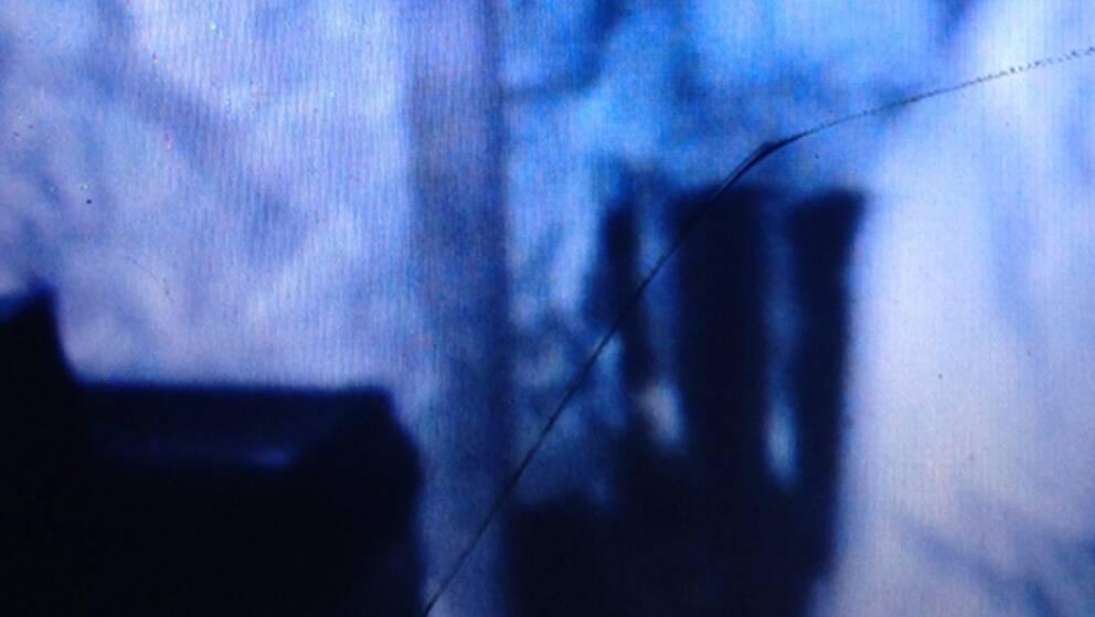 Fotot föreställer en man som går igen i en gammal fabrik, tror Tom Gade Olausson.