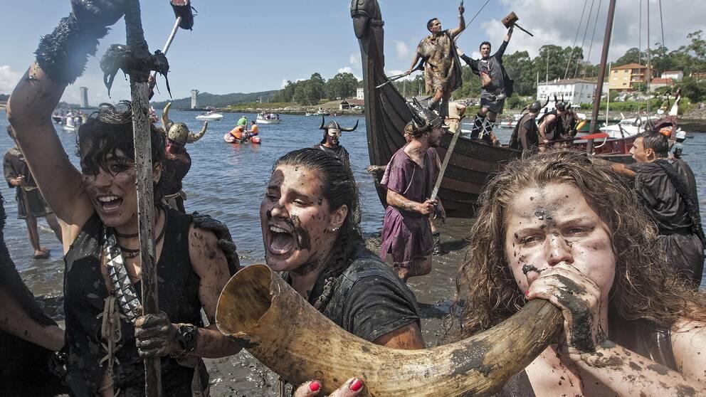 Kvinnor som klätt ut sig till vikingar.