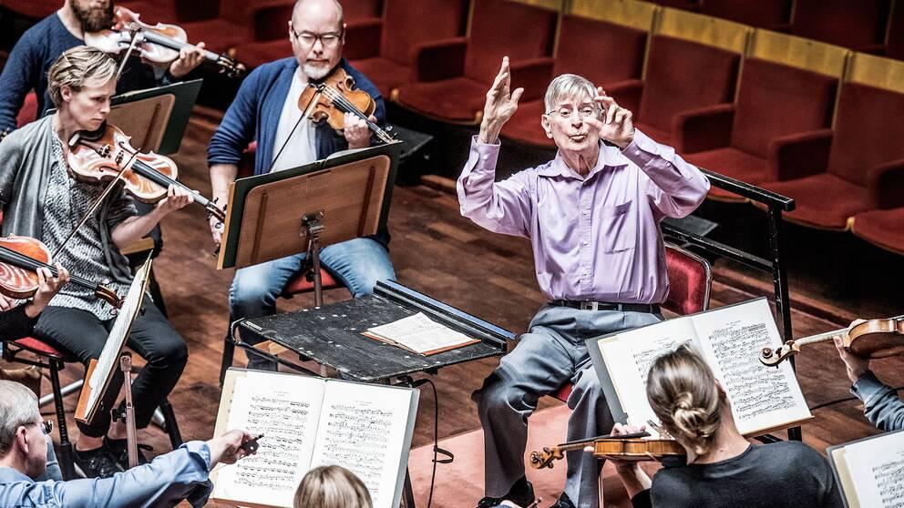 Herbert Blomstedt dirigerar Radiosymfonikerna i Berwaldhallen.