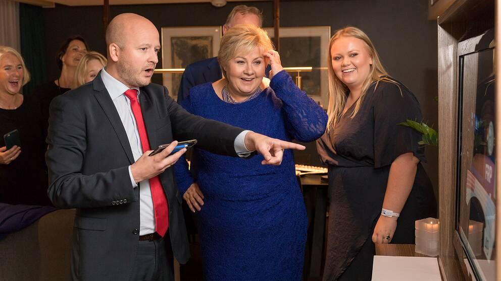 Statsminister Erna Solberg (Høyre) jublar över den första valprognosen