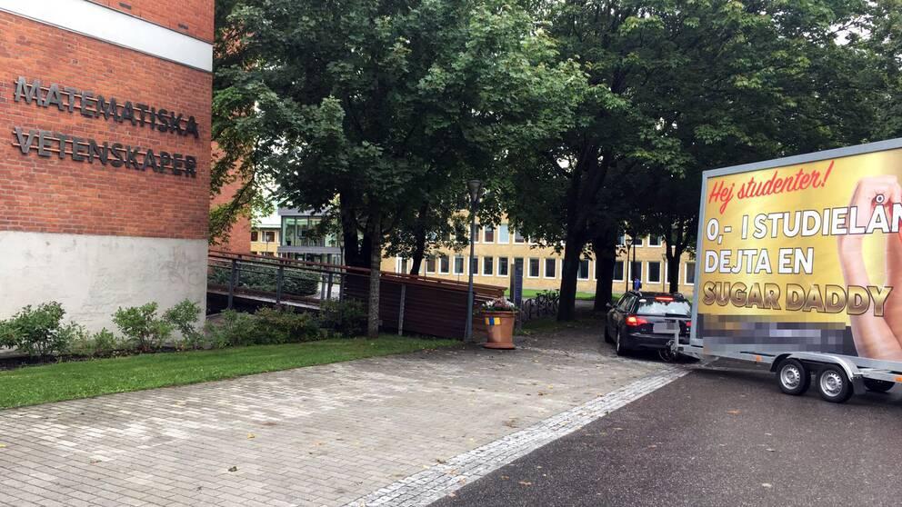 Här står den kritiserade reklamvagnen parkerad utanför Chalmers tekniska högskola.