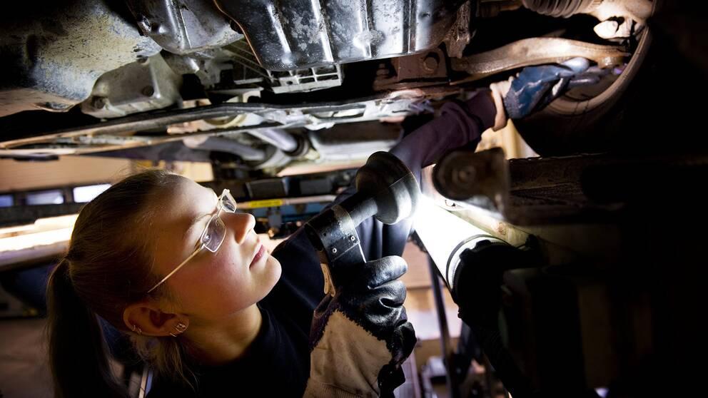 Bilbesiktningen i Rissne. Besiktningstekniker Annelie Lund kontrollerar bilarna