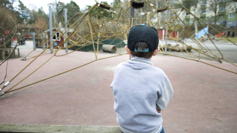 En pojke på en skolgård.