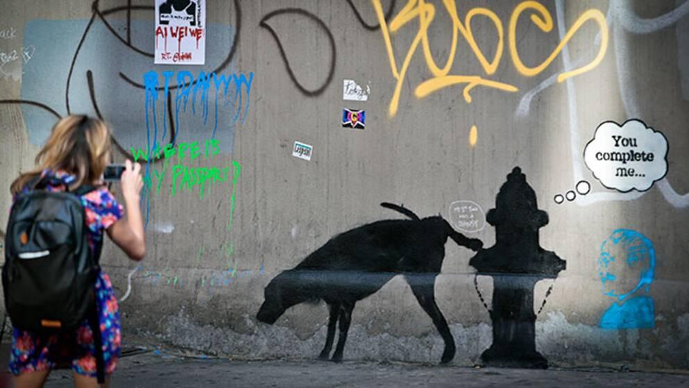 """En av målningarna som Banksy har gjort på sin """"oktober-utställning""""."""
