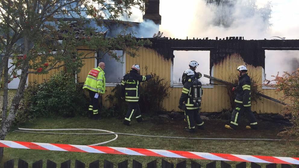 Flera till sjukhus efter villabrand