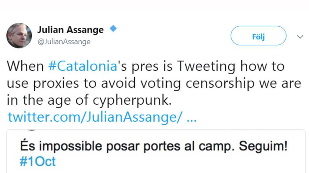 """Skärmdump från Julian Assanges Twitter med texten """"När Kataloniens president twittrar instruktioner för hur man använder proxyservrar för att komma runt valcensur är vi i cyberpunkens tidsålder""""."""