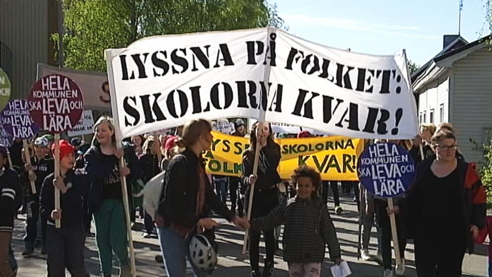 Demonstranter mot skolnedläggning