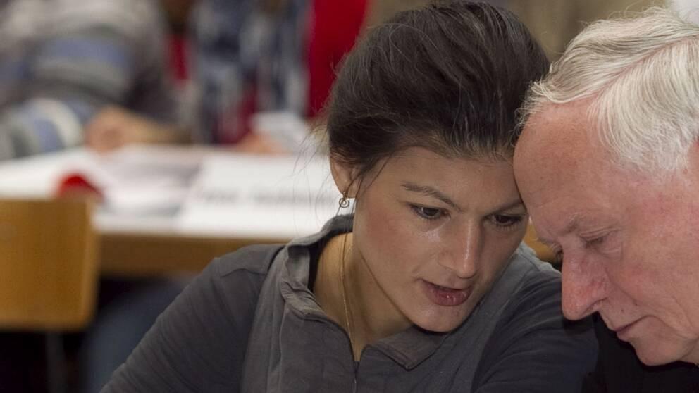 Vänsterpartiets kanslerskandidat Sahra Wagenknecht i samtal med en kollega.