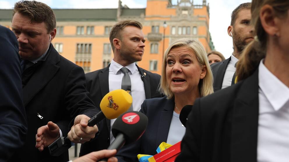 Finansminister Magdalena Andersson (S) under budgetpromenaden.