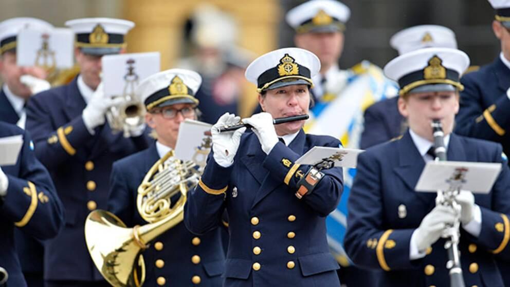 Marinens musikkår spelar och marcherar vid kungens födelsedag i år.