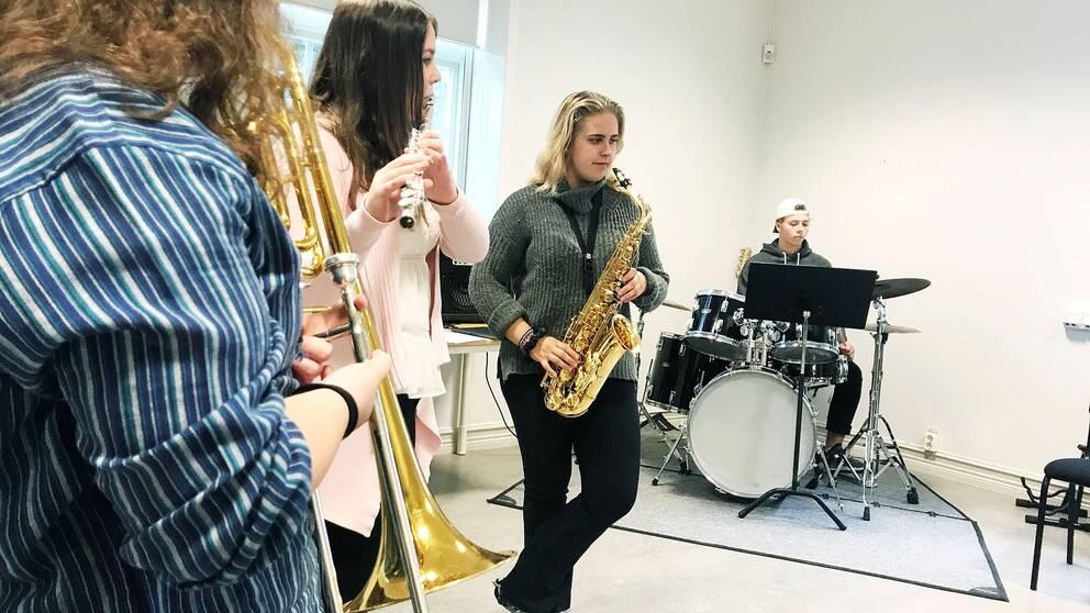 Elever på Leksands gymnasium tränar för fullt.