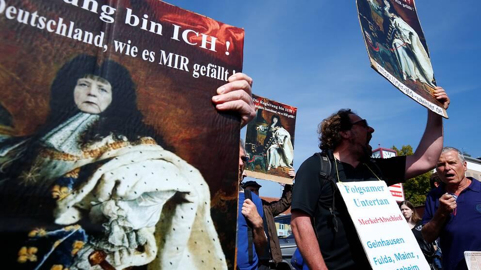 En anti-Merkel demonstration hölls i tyska Heppenheim på fredagen. Demonstranter med anti-Merkel plakat.