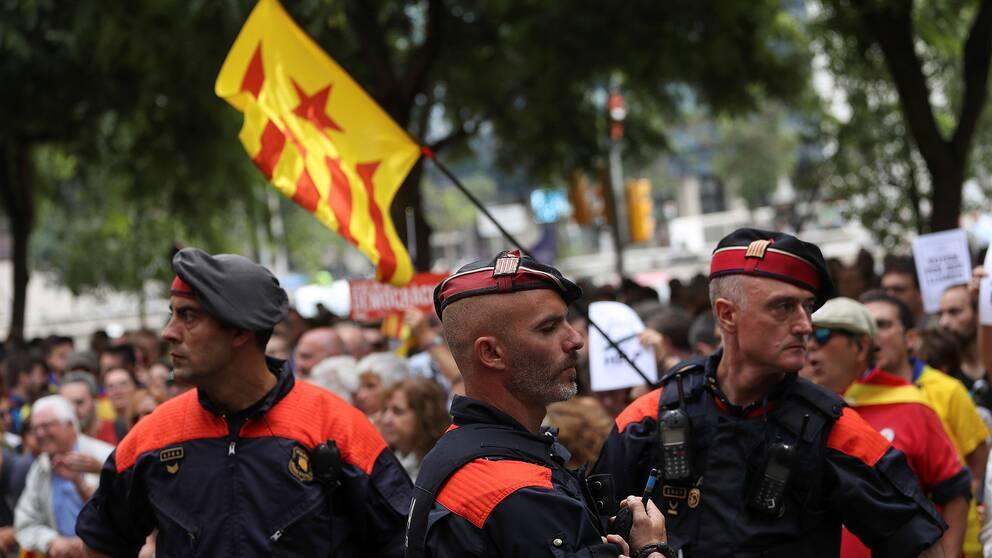 Poliser från Kataloniens lokala kår Mossosd'esquadra.
