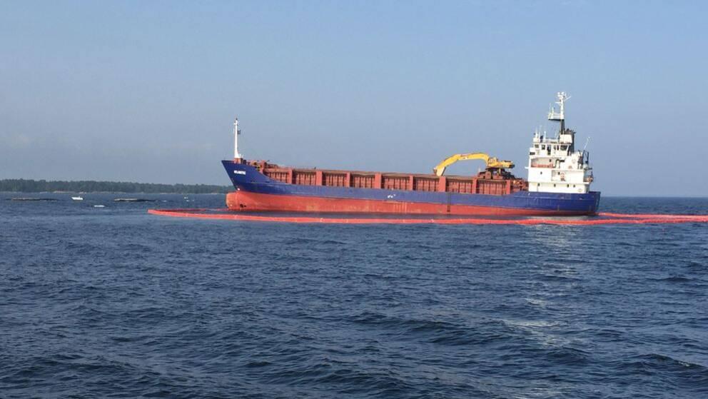 Under söndagen har Kustbevakningen inlett försök att bärga det 80 meter långa fartyget.